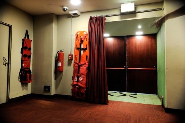 El edificio cuenta con extintores y demás indumentaria, la cual es indispendable ante una emergencia.