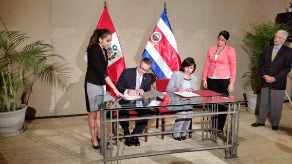 El acuerdo fue firmado por el canciller, Manuel A. González y la ministra de Relaciones Exteriores de Perú, Ana María Sánchez Vargas