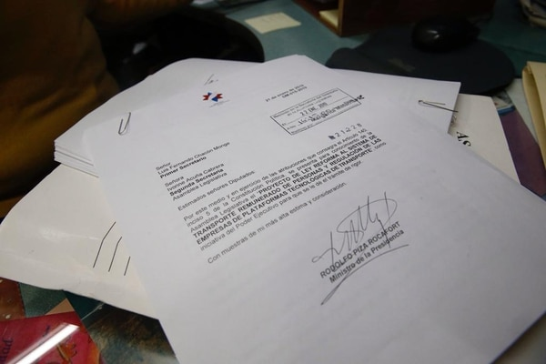 Este es el documento de la propuesta de ley que regula Uber y plataformas similares que se entregó este martes a las 4:15 p.m. en la Secretaría del Directorio Legislativo en la Asamblea Legislativa / Álbert Marín