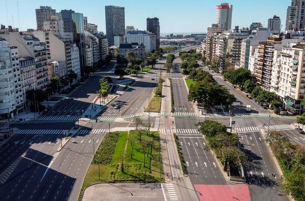 Vista aérea de la Avenida 9 de Julio, en Buenos Aires, Argentina. Antes del COVID-19 y el mandato de aislamiento dado por el Gobierno, solía ser sumamente concurrida. Foto por RONALDO SCHEMIDT / AFP