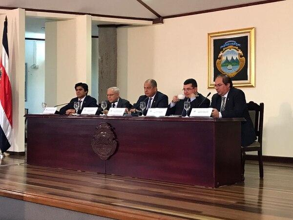 El presidente Luis Guillermo Solís junto con los ministros Germán Valverde (Transportes), Helio Fallas (Hacienda), Sergio Alfaro (Presidencia) y Mauricio Herrera (Comunicación).