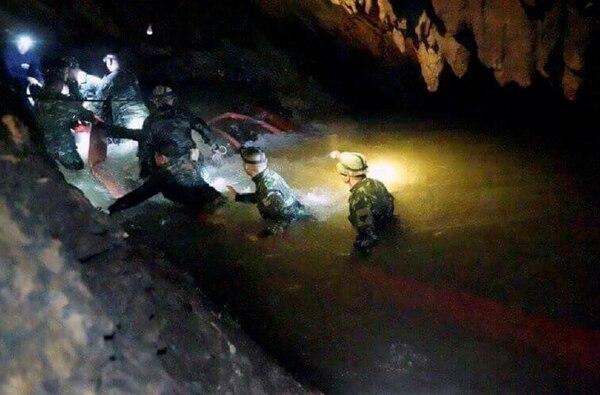 Los socorristas buscan la forma de sacar los niños de la cueva. Foto: AP
