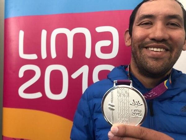 Henry Raabe muestra su medalla de plata. Foto: Cortesía Comité Olímpico Nacional