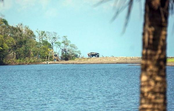 Al fondo, el puesto militar que Nicaragua tiene junto a laguna Los Portillos. Costa Rica ha protestado por su ubicación.
