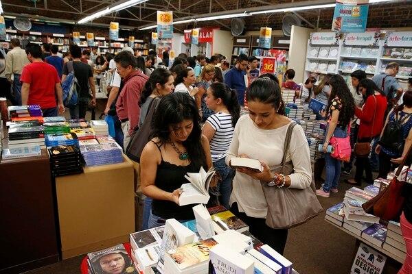 El puesto de la Librería Internacional es uno de los más concurridos