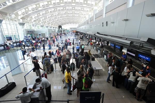 El área del 'check-in' del Aeropuerto Internacional Juan Santamaría. Centenas de pasajeros han visto sus vuelos cancelados por disposición de las aerolíneas ante la actividad del volcán Turrialba.