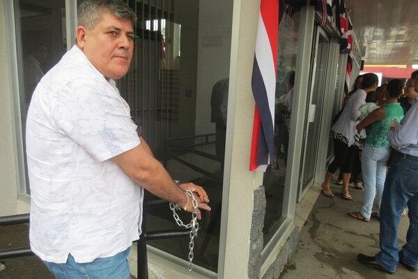 Jorge Salas Lizano, propietario del centro turístico Rancho Lagos, en La Fortuna de San Carlos, se ató por dos horas frente a los Tribunales hasta que se pudo reunir con la jueza que conoció el caso. | CARLOS HERNÁNDEZ.