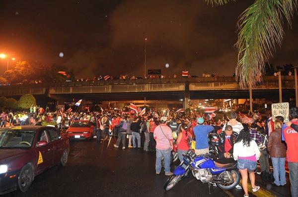 La Fuente de la Hispanidad explotó con los futboleros que gritaron a tod pulmón el pase. | MANUEL VEGA