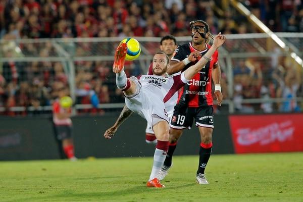 Moura rechaza un balón, mientras es presionado por Jonathan McDonald. Fotografía: Mayela López.