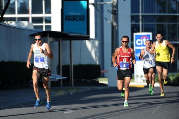 José Francisco Chaves y César Lizano dominaron la San Silvestre del 2013, desde antes del kilómetro 2 se despegaron y se mantuvieron juntos hast la mitad de la competencia, cuando Lizano tomó ventaja.   GESLENE ANRANGO