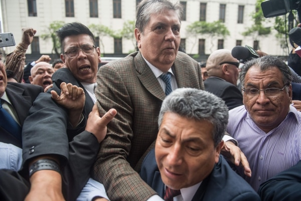 Peruvian former president, Alan Garcia, arrives at the prosecutor office in Lima on November 15, 2018. - Garcia was called as a witness as part of the Odebrecht investigation but the hearing was cancelled at the last minute. (Photo by ERNESTO BENAVIDES / AFP)