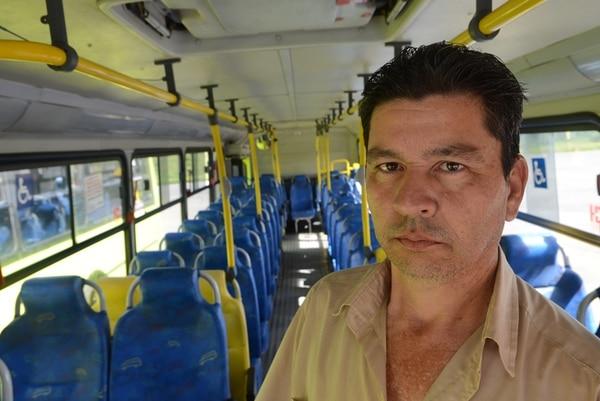 A Giovanny Castro, chofer de bus de la empresa Buses INA-La Uruca, lo han asaltado en cuatro ocasiones, una de ellas, este año. La semana pasada, un conductor que manejaba un bus de la misma empresa fue asesinado por un asaltante. | CARLOS GONZÁLEZ
