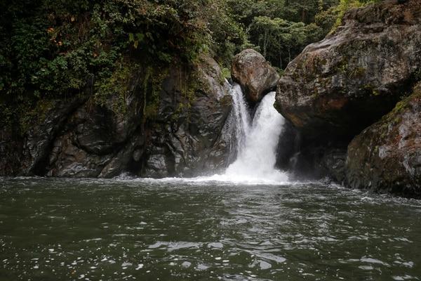 El río Savegre en Providencia de Dota, una de las muchas comunidades de Los Santos y del país donde mipymes ofrecen paquetes turísticos. Se estima que el sector turismo es el que más reparte los ingresos en todo el territorio. Foto: Mayela López