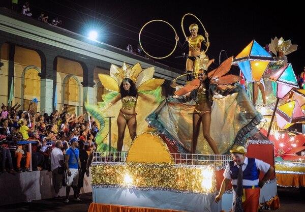 Las calles de Santiago de Cuba adelantaron su carnaval como parte del 62 aniversario del asalto al Cuartel Moncada.