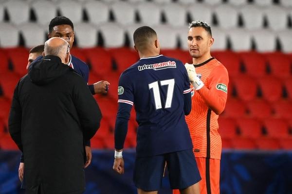 Keylor Navas felicita a Mbappé en un partido del PSG de la presente temporada. Fotografía: AFP