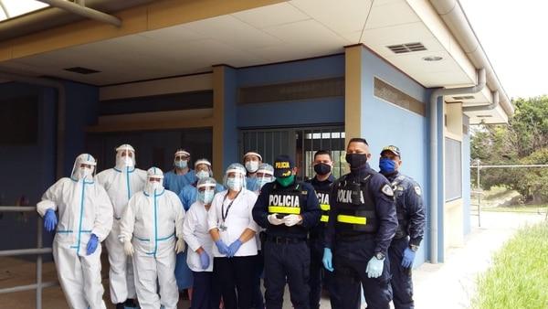 En junio, los técnicos de atención primaria de los Ebáis de Pavas, administrados por Coopesalud, participaron en un testeo masivo que ayudó a confirmar la transmisión comunitaria sostenida del SARS-CoV-2, el virus que produce la covid-19. En el rastreo contaron con el apoyo de la Fuerza Pública, que los acompañó en los recorridos. Foto: Cortesía