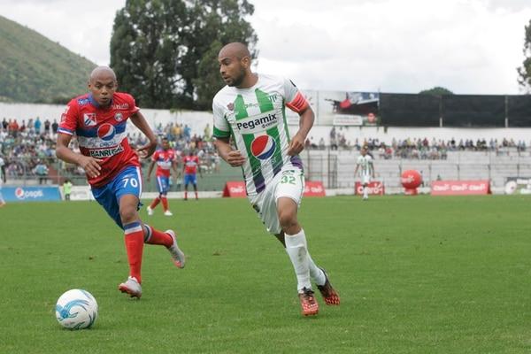 Robinson juega un papel de líder en el Antigua y en su primer torneo fue designado como capitán.   OMAR SOLÍS,, AL DÍA GUATEMALA