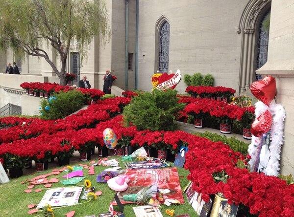 En la gráfica se muestran decenas de flores colocadas fuera del panteón de la superestrella de la música pop Michael Jackson.