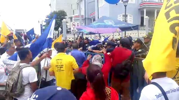 Manifestantes se enfrentaron este martes con la policía y agredieron al fotógrafo de 'La Nación', John Durán. Fotografía: Daniela Cerdas
