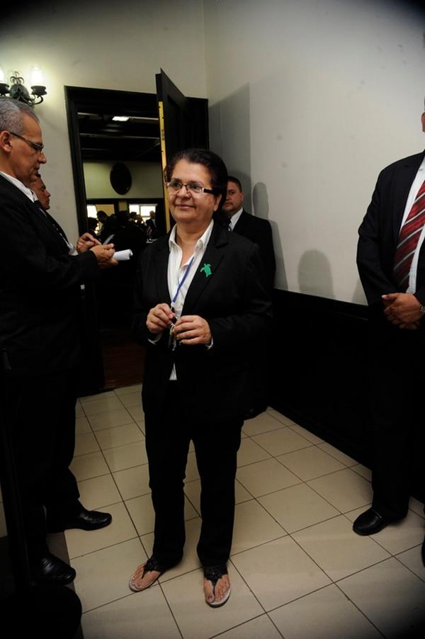 Pies descubiertos. Ligia Fallas, diputada del Frente Amplio, acudió a la Asamblea con traje negro, pero sobresalieron sus sandalias informales. Graciela Solís.