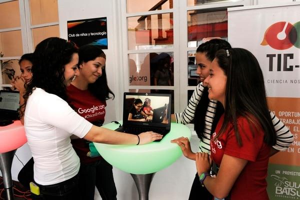 La cooperativa Sulá Batsú cuenta con diversas iniciativas que favorecen la vinculación de las mujeres con la tecnología. En la foto Valeria Herrera, Fabiola Aguilar, Pamela Varela y Michelle Sánchez.