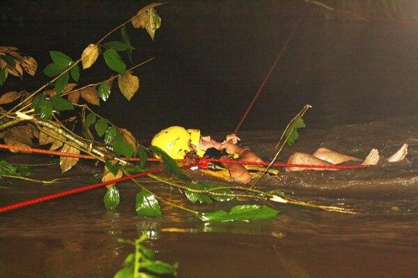 Por más de tres horas los socorristas tuvieron que poner a prueba sus destrezas para poder salvar a los dos hombres que quedaron aislados.