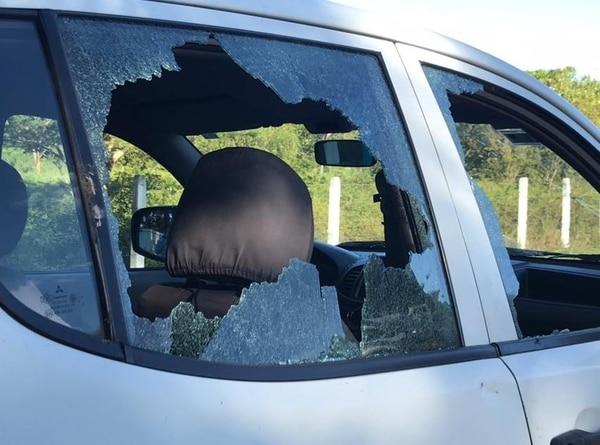 Policías y funcionarios de AyA agredidos con piedras por un grupo de personas en Sardinal.