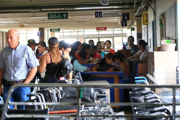 Largas filas se reportaron este lunes en el Hospital México ante la falta de personal que atendiera los trámites de los pacientes. Foto: Rafael Pacheco.