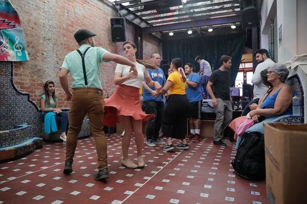 Carmen Niehaus y Yaron Marín durante las clases de 'lindy hop' en Amón Solar. Fotografía: Jeffrey Zamora.