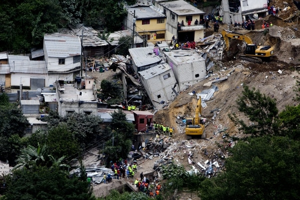 Vista general este sábado de un área devastada por un deslave en El Cambray II, Santa Catarina Pinula (Guatemala).