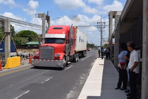 Mientras se resuelve el problema con el puente peatonal, los conductores deben soportar las presas en el lugar. Fotografía: José Gatjens