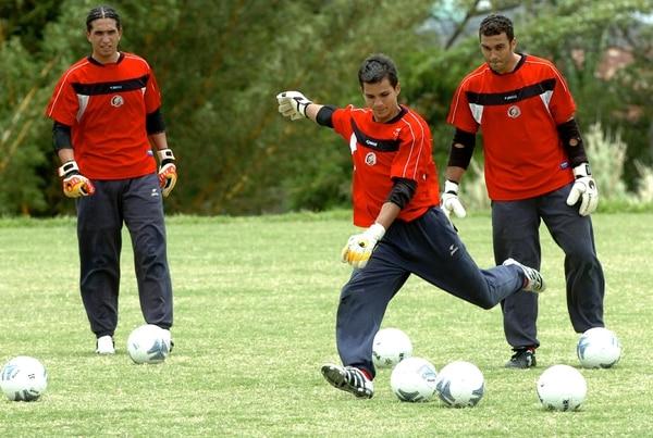 Adrián de Lemos en una de las prácticas de la Selección Nacional con Wardy Alfaro y Álvaro Mesen.