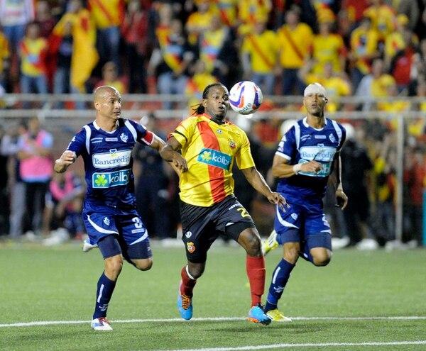 Danny Fonseca (izquierda) y Carlos Johnson marcan a Víctor Núñez durante la final del torneo de Verano, que ganaron los heredianos en su casa luego de perder en el estadio Fello Meza. | ARCHIVO