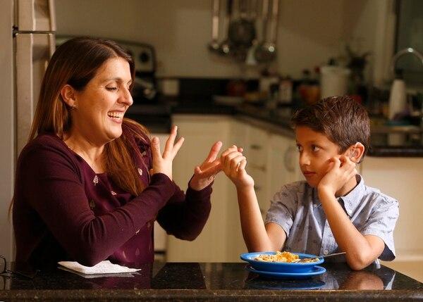 Melissa Pereira ha aprovechado cada momento junto a su hijo Kane para estudiar. En su casa se estableció una rutina: cada noche se repasa lo aprendido cada día o vocabulario durante 30 minutos. Foto: Albert Marín