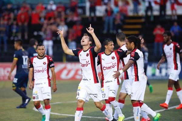Kenner Gutiérrez celebró su gol de penal levantando sus manos al cielo.