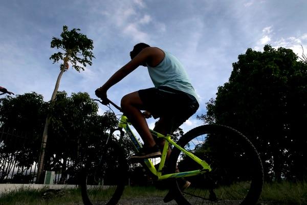 Lo llamaremos Andrés. Es uno de los 30 pacientes que, en los últimos cinco meses, han visto un cambio radical en su vida al cambiar el diagnóstico inicial de distrofia muscular. El joven de 15 años, ahora puede caminar sin dificultad y andar en bicicleta. Foto: Mayela López