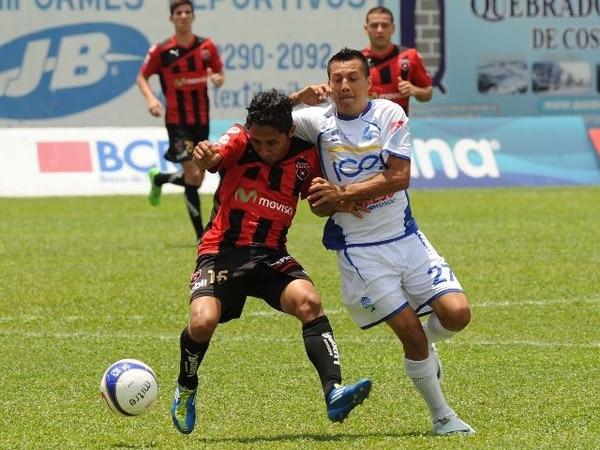 El mediocampista Allen Guevara luchó el balón ante el volante Albán Gómez durante el último encuentro que disputaron entre la Liga y Pérez Zeledón. El marcador fue 4-2 a favor de los rojinegros, en calidad de visitante. | ARCHIVO