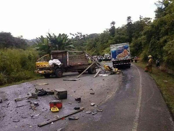 La Interamericana Sur se cerró mientras los bomberos removían los escombros y quitaban con aserrín las manchas de aceite que quedaron en la calzada.