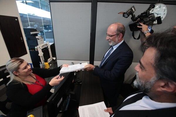 Henning Jensen Pennington, rector de la UCR presenta recurso de amparo ante la Sala Constitucional por la reducción del FEES. Carolina Montero fue la encargada de recibir los documentos. Fotografía: Graciela Solís.