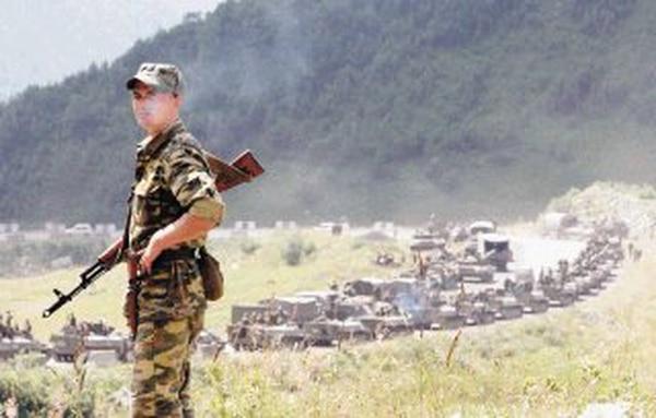 Un soldado ruso hace guardia en la carretara de Tskhinvali mientras el ejército ruso avanza hacia la capital de la región de Osetia del Sur (Georgia), el 9 de agosto del 2008.