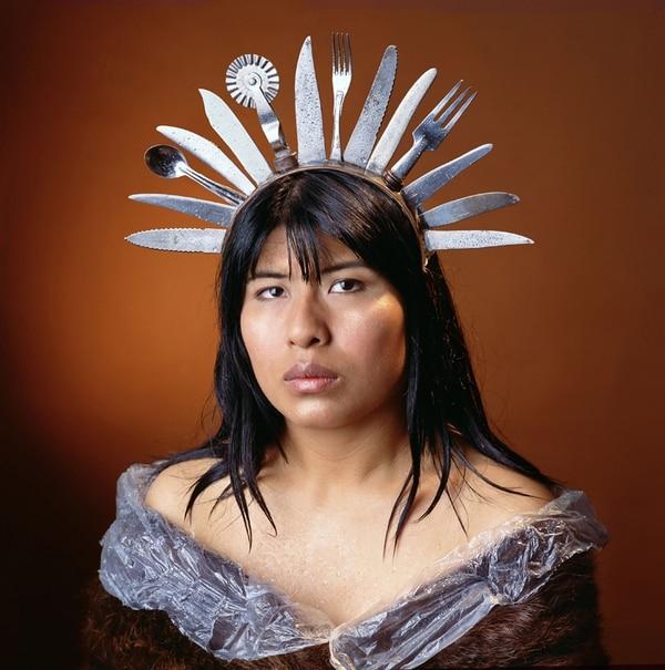 Amanda es un retrato, tomado en el año 2005, que alude irónicamente a un tocado de plumas prehispánico.