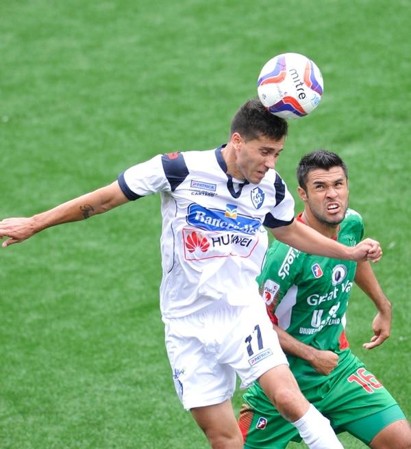 Leandro Silva, del Cartaginés, disputa la pelota con el mediocampista carmelo Esteban Armijo, ayer en el triunfo de los brumosos, 0-1. | CARLOS BORBÓN.