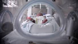 Caída en nacimientos obliga a replantear regímenes de pensiones y servicios esenciales del Estado