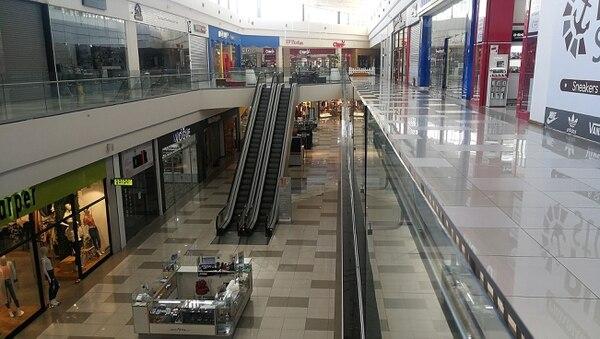 El City Mall, en Alajuela, el 27 de marzo pasado. Ahora, los centros comerciales recuperan, poco a poco, el pleno funcionamiento y la visitación ha comenzado a crecer. Los administradores esperan un repunte cuando las tiendas pueden abrir fines de semana. Foto: Jorge Navarro