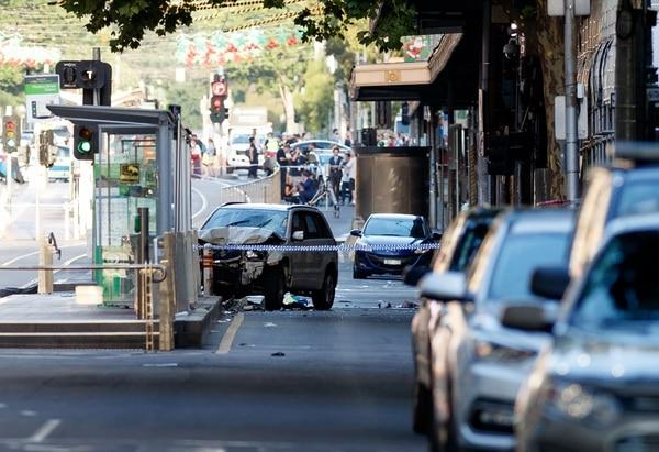 Policías y personal de emergencia acuden a la escena en la que un automóvil atropelló a peatones en la calle Flinders de Melbourne, el 21 de diciembre del 2017.