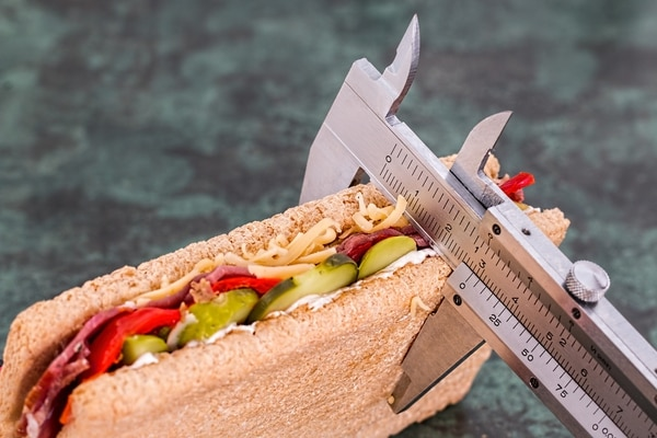 El contar calorías o porciones de manera obsesiva es una señal de una posible mala relación con la comida. Fotografía: Shutterstock