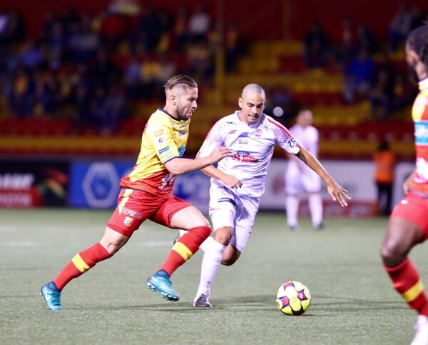 Elías Aguilar maneja la pelota en la mendia cancha del Herediano