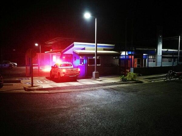 Avanzada la noche del lunes la Fuerza Pública trasladó a la sospechosa a celdas de la Fuerza Pública en Pérez Zeledón. Foto: Mario Cordero.