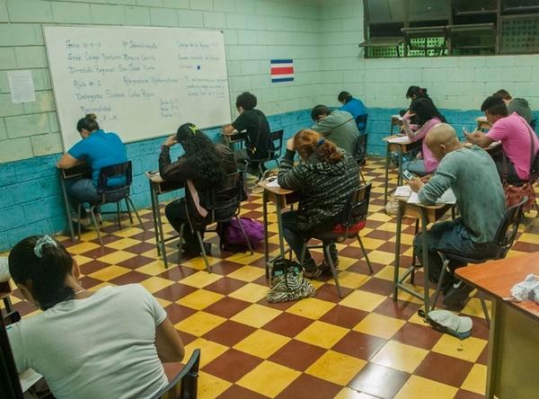 Las becas de Avancemos se conceden a estudiantes de secundaria que viven en pobreza.