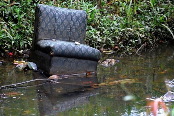 La contaminación de los ríos con desechos sólidos es uno de los aspectos que contradicen la imagen verde que los costarricenses pregonan en el exterior. | JONATHAN JIMÉNEZ